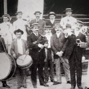 """Gaiteiro tocando unha gaita de barquín na """"Sociedad Hijos de Sabarís"""" (Val Miñor) en Matanzas (Cuba, 1910). Do arquivo de Raúl Galego García."""