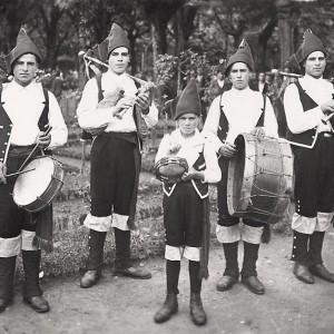 Nesta fotografía de Lucien Roisin, tirada cara a 1917, un gaiteiro toca unha gaita con barquín.  Porén, apréciase aínda a buxa do soprete polo que pensamos que foi un engadido e non se trata dunha gaita de barquín do Baixo Miño. Fotografía do arquivo de Félix e Cástor Castro.