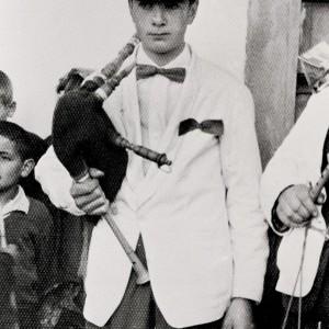 Manuel Barros cunha gaita de fol con ronquillo. Lestedo (Boqueixón, A Coruña, c. 1960).
