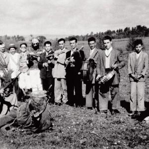 Dúas fotografías do Grupo de requinteiros O Coro de Vea (A Estrada, Pontevedra, c. 1945).