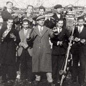 Grupo de requinteiros con charrasco  en San Pedro de Vilanova (Vedra,  A Coruña, c. 1960). Fotografías do arquivo da Requita de Xián, reproducidas por Santiago Otero.