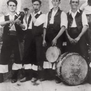 """O grupo musical Os Fragoselos de Coruxo (Vigo, Pontevedra, c. 1930) Julio Alonso (gaita de fol), Manuel Iglesias """"O Cabra"""" (frautín), Alfredo Alonso (caixa) e Severino """"O Masado"""" (bombo). Fotografía do arquivo de Xerardo F. Santomé."""