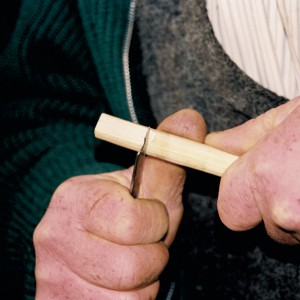 "Manuel Gutiérrez  ""O Rubio de Maderne"" (Maderne, A Fonsagrada, Lugo) fabricando un xipro. B, facendo o taco de madeira que comporá o aeroducto."