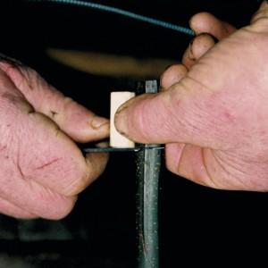 "Manuel Gutiérrez  ""O Rubio de Maderne"" (Maderne, A Fonsagrada, Lugo) fabricando un xipro. C, facendo o taco de madeira que comporá o aeroducto."