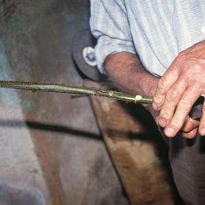 Indalecio Rodríguez Ares (Vilariño de Conso, Ourense) fabricando un violín de castiñeiro. Fotografía do autor.