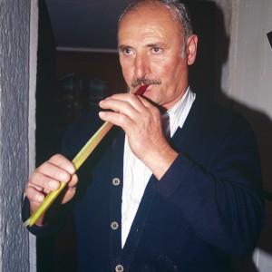Ramón Torres Quinteiro  (O Vento, O Pino,  A Coruña)  tocando  unha folla  de espadana.  Fotografías do autor.