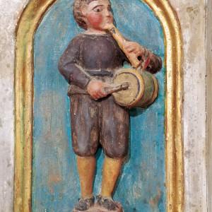 Tocador de frauta e tambor representado no banco do retábulo da igrexa de Santa María de Meiraos (Folgoso do Courel, Lugo, 16149. Fotografía do autor.