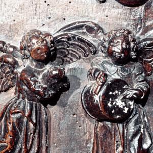 Anxos tocando a gaita de fol e o pito e o tambor no cadeirado do coro de San Martiño Pinario (Santiago de Compostela), obra de Mateo de Prado (Cumbraos, Sobrado, A Coruña) 1647.  A parte superior da frauta áchase rota.   Fotografías do autor.