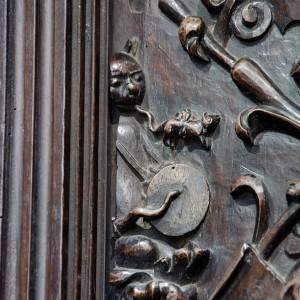 Alegoría dun  tocador de pito e tambor labrada no cadeirado do coro da catedral de Lugo, obra de Francisco de Moure (Ourense) rematada no 1624. Trátase dun gato que percute na pel cun corno e sopra no rabo dunha  especie de rata. Fotografía do autor.