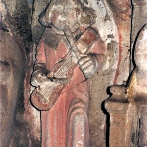 Anxo tocando a frauta de tres furados acompañada de cordófono percutido representado  na igrexa de Santa María de Ventosa  (Agolada, Pontevedra, s. XV-XVI).  Fotografía Javier María López Rodríguez.