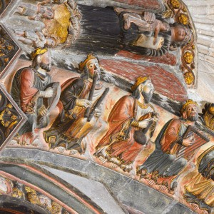 Tocador de frauta dupla no pórtico do Paraíso da catedral de Ourense. Nótense os aneis no corpo dos instrumentos.
