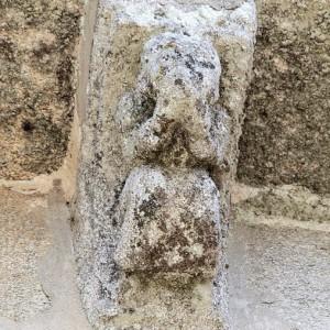 Posible representación dun tocador de aerófono duplo na igrexa de San Martiño de Moaña (Pontevedra, s. XII).  Fotografías do autor.