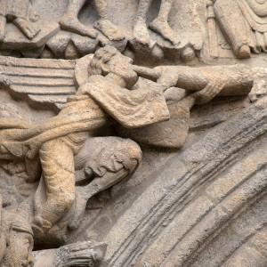 Anxo tocando o corno na fachada de Praterías da catedral de Santiago de Compostela (s. XI). Fotografía do autor.