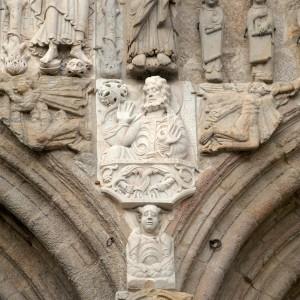 Anxos tocando o corno na fachada de Praterías da catedral de Santiago de Compostela (s. XI). Fotografía do autor.
