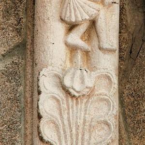 Nesta estraña iconografía dun dos nervios da igrexa de San Francisco de Betanzos (A Coruña, s. XIV) un home aparece representado tocando dous cornos simultaneamente.  Fotografía do autor.