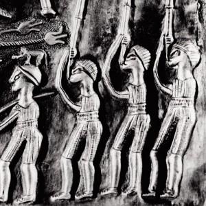Tocadores de carnix representados no caldeiro  de Gundestrup (Dinamarca, s. II a.C.).   Fotografías do autor.
