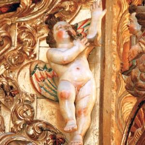 Anxs tocando o corno nas estípites do retablo da Expectación da catedral de Tui, obra de 1722 de Antonio del Villar (Redondela, Pontevedra). Fotografía do autor.