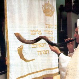 Tocando o shofar na sinagoga.