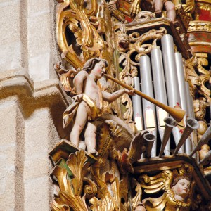 Anxo trompeteiro no órgano da catedral de Tui, construído no 1715 por Domingo  Rodríguez (Pazos de Borbén, Pontevedra). Fotografía do autor.