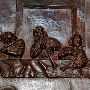 Conxunto de frauta traveseira, óboe e corneta (dereita) no cadeirado do coro de San Martiño Pinario (s. XVII, Santiago de Compostela).  Fotografía do autor.