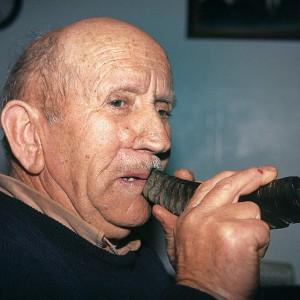 Andrés Rodríguez Castro, clarinetista e gaiteiro das Corredoiras (Vilamaior, Ordes, A Coruña)  tocando a corneta. Fotografías do autor.