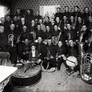 """A primeira banda de música de Galicia,  """"La Lira"""" de Ribadavia (Ourense), fundada  no 1840, fotografada no 1934 por Jaime Pacheco no Casino de Vigo (Vigo, Pontevedra).  Do arquivo do Museo Etnolóxico de Ribadavia-Ourense."""