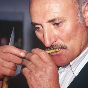 Ramón Torres Quinteiro  (O Vento, O Pino, A Coruña)  facendo un cantagalos de loureiro.  Fotografías do autor.