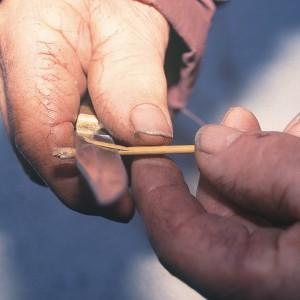 Ramón Vázquez (Bragaña, Santa María de Ordes, Toques, A Coruña) facendo unha gaita de alcacén dupla; cortando a lingüeta. Fotografía do autor.