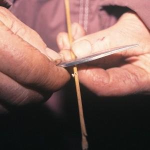 Ramón Vázquez (Bragaña, Santa María de Ordes, Toques, A Coruña) facendo unha gaita de alcacén dupla; cortando os furados. Fotografía do autor.