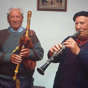 Á esquerda, Manuel Viqueira Vieites, gaiteiro de Vilaverde (Ordes, A Coruña), á dereita Andrés Rodríguez Castro clarinetista e gaiteiro das Corredoiras (Vilamaior, Ordes, A Coruña).  Fotografías do autor.