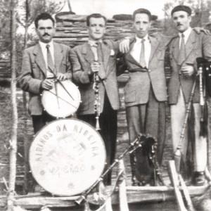 Grupo Airiños da Ribeira. O gaiteiro da dereita é Darío Díaz Ribas. Do arquivo do autor.