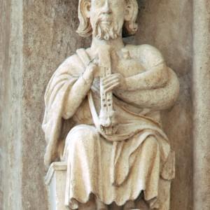 Tocador de albogue con tubo cantor duplo na porta sacramental da catedral de Burgos (s. XIII).
