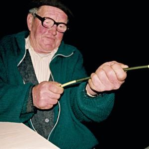 "Manuel Gutiérrez ""O Rubio de Maderne"" (Maderne, A Fonsagrada, Lugo)  fabricando unha pipa de castiñeiro. Fotografías do autor."
