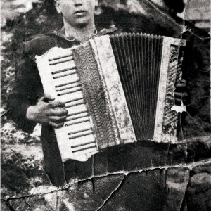 Acordeonista da Ulla (c. 1950). Arquivo fotográfico do autor.