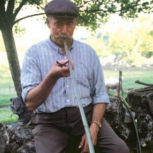 Indalecio Rodríguez Ares (Vilariño de Conso, Ourense) probando o roncón durante a fabricación dunha gaita de castiñeiro. Fotografías do autor.