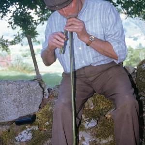 Indalecio Rodríguez Ares (Vilariño de Conso, Ourense) tocando unha gaita de castiñeiro. Fotografía do autor.