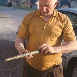 Enrolando a codia para compoñer a toba.   Fotografías do autor.
