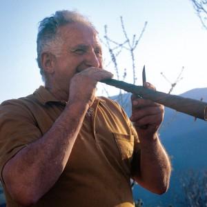 Pedro López Alonso (Donís, Cervantes, Lugo) facendo unha toba. Probando o son da toba. Fotografías do autor.