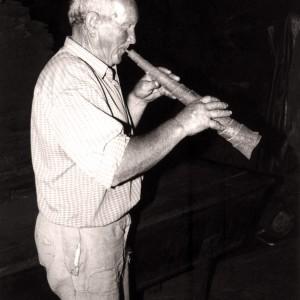 Manuel Gutiérrez López (Maderne, A Fonsagrada, Lugo)  tocando unha toba. Fotografía do autor.