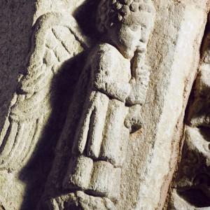 Anxo cun óboe representado nun dos sepulcros da igrexa de San Domingos de Ribadavia (s. XIII-XIV). Aparece representado xunto con outros dous anxos músicos; un toca a gaita de fol e outro o laúde. Fotografías do autor.