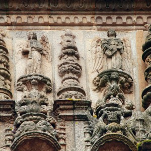 Anxos oboístas na fachada do Hostal  dos Reis Católicos (Santiago de Compostela, finais do s. XV). Fotografía do autor.