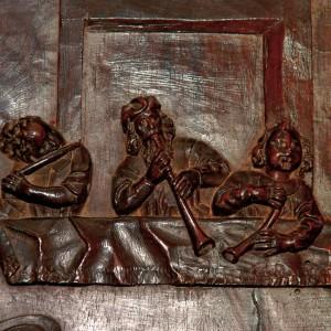 Conxuntos  de frauta traveseira, óboe e corneta  no cadeirado do coro de San Martiño Pinario (s.?XVII). Fotografías do autor.