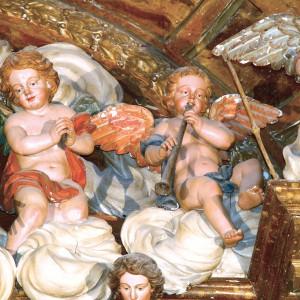 Anxo tocando un óboe no retábulo da capela de Santa Xertrude a Magna, obra de Xosé Ferreiro do ano 1784,  na igrexa de San Martiño Pinario (Santiago de Compostela).  Fotografías do autor.