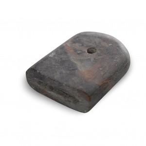 Asubío fabricado na pedra denominado toelo. Lonxitude 3 cm. Da colección do autor, cedido por Xosé López González e Xosé Manuel García. Fotografía Alba Vázquez Carpentier.