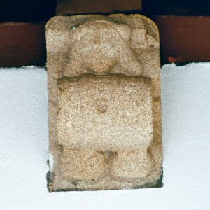 Canzorro nun dos claustros do Hostal dos Reis Católicos (Santiago de Compostela, finais do s. XV). Unha persoa sostén sobre os xeonllos un pipo de viño onde se aprecian claramente as liobas (doelas) de madeira que o forman, os aros e máis o furado  para verter o viño.