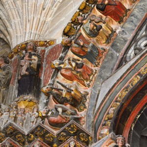 Anciáns con redomas no pórtico do Paraíso da catedral de Ourense. Fotografía Alba Vázquez Carpentier.