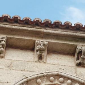 Este canzorro da Casa Gótica (actual museo das Peregrinacións, Santiago de Compostela, s. XIV) amosa o que podería ser un tocador cun instrumento semellante a un dolio.