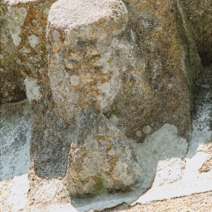 Este posible aerófono representado nun dos canzorros da igrexa de Santa Baia de Banga  (O Carballiño, Ourense, s. XII), aseméllase ao da fotografía anterior.