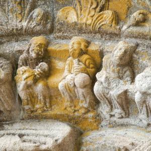 Cada un dos anciáns que portan unha redoma no pórtico do mosteiro do Carboeiro  (Silleda, Pontevedra, s. X-XIII) parecen petar nela cun dedo como dando unha nota  ao instrumentista de corda que teñen a carón. Fotografías do autor.