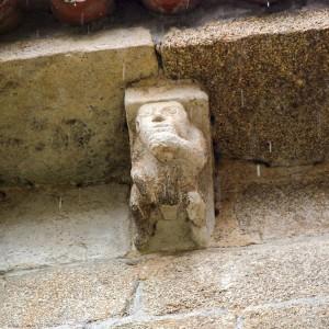 Tocador de chifre nun canzorro da igrexa  de San Miguel de Eiré (Ferreira de Pantón, Lugo,  principios do s. XII). Fotografía do autor.